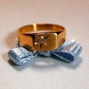 Halla kultainen kastesormus timantilla